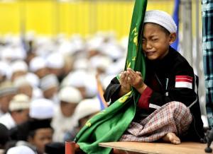 amaah Majelis Rasulullah SAW mengikuti dzikir akbar dan doa untuk bangsa dalam peringatan Maulid Nabi Muhammad SAW, di pelataran Monas, Jakarta, Selasa (15/2).