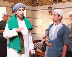 Maqmun ( kanan ) bersama Abuya Kh. Muhyiddin Abdul Qodir ( kiri)